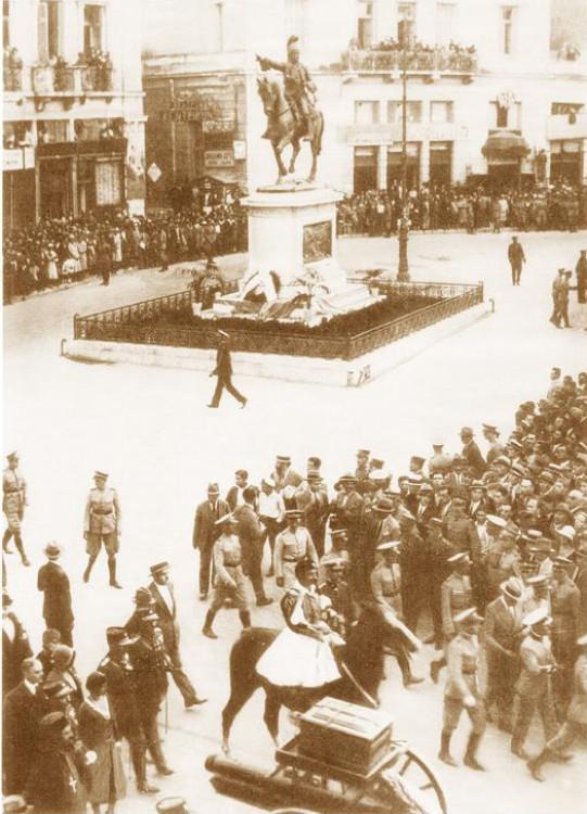 Πέμπτη 9 Οκτωβρίου 1930: Η πομπή με τα οστά του Θ. Κολοκοτρώνη στην οδό Σταδίου. Η σπάνια αυτή φωτογραφία δημοσιεύθηκε στο περιοδικό L' Illustration της Αλεξάνδρειας στο τεύχος της 25ης Οκτωβρίου 1930. (Αρχείο Ν. Γρηγοράκη)